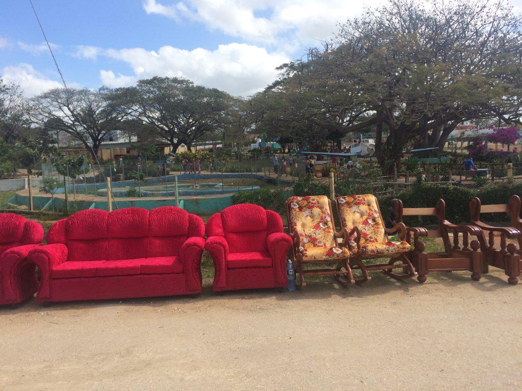 Sofaer og stoler til salgs på det åpne marked. Bokstavelig talt.