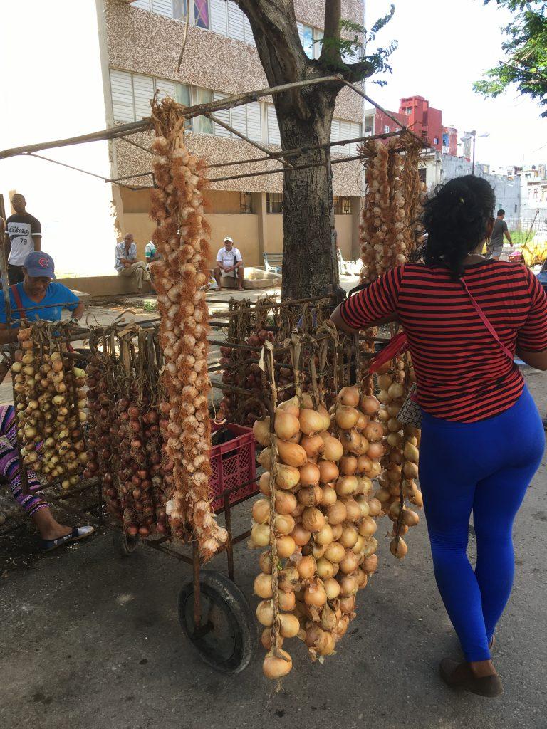 På Cuba er det lite butikker. Det meste selges i gata.