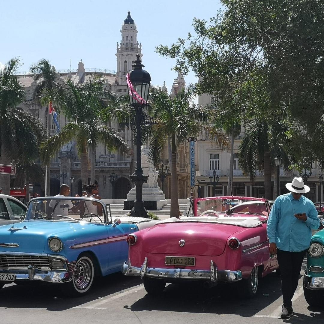 Kjøretur i en gammel amerikaner i Havana er en opplevelse for alle sansene
