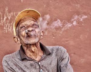 Sigar røykende mann. Herlige Cuba.