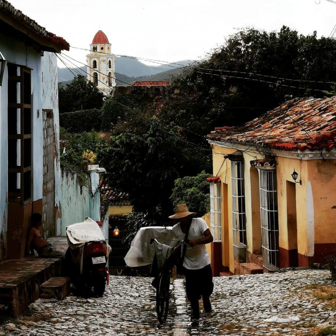 Brødmannen selger brød fra sin sykkel. Opplev det autentiske Cuba med oss.