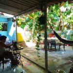 Svigermor syr i patioen i vårt norske gjestehus på Cuba
