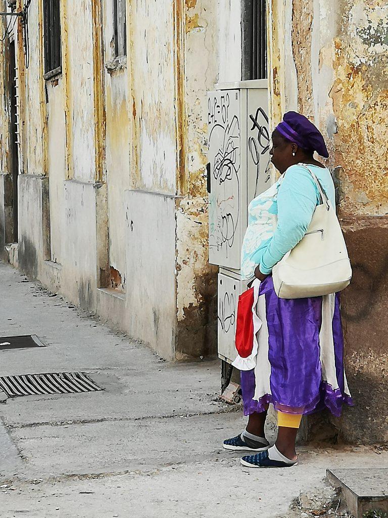 Reis med oss og opplev Cuba på ekte. Cubansk dame på gata. Reisw