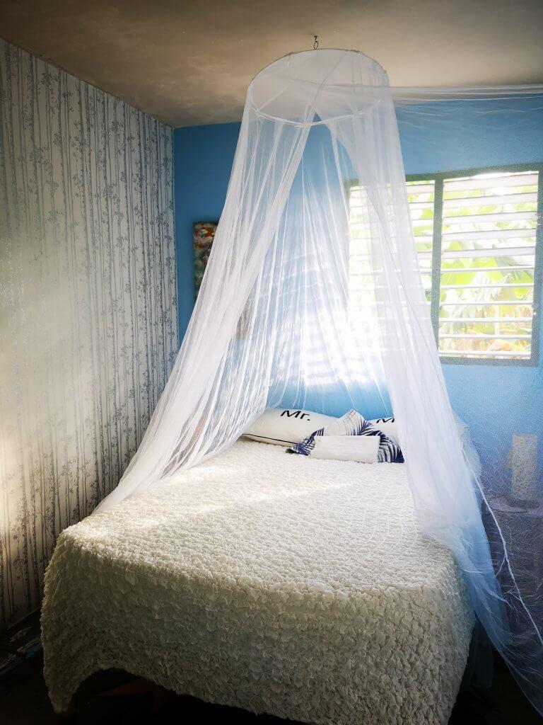 Det grønne rommet har myggnetting. Det er vårt beste rom.