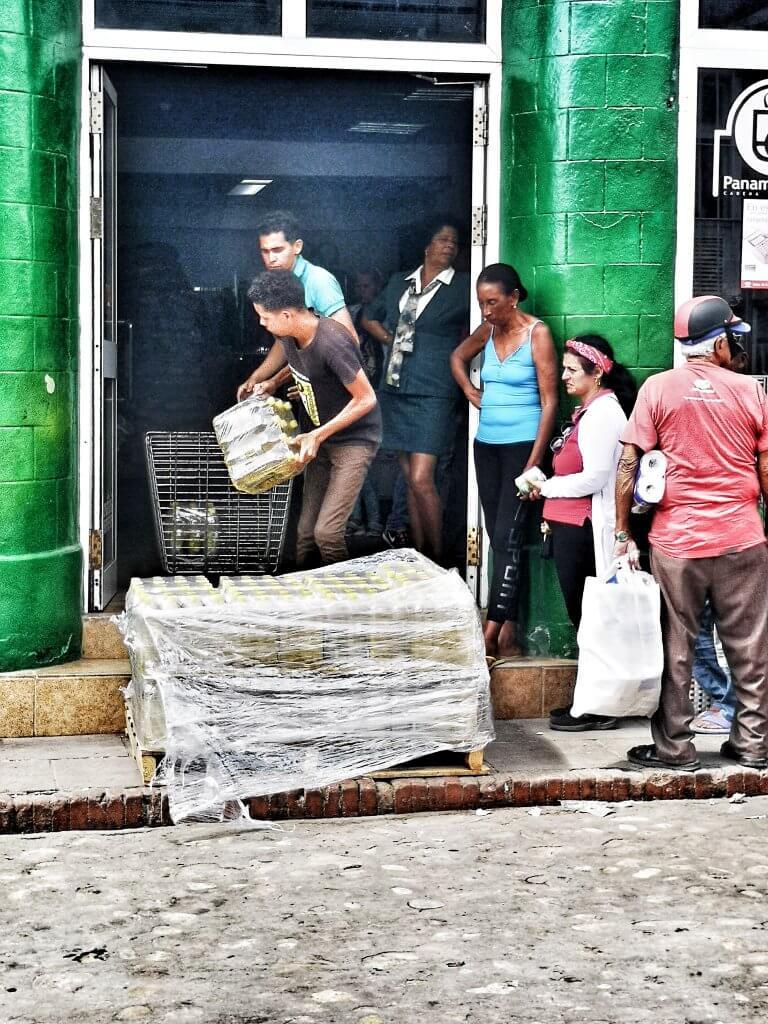kø i Trinidad for å kjøpe olje